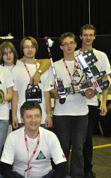 Tým ROTA z Gymnázia Olomouc-Hejčín s cenou za 2. místo v soutěži.