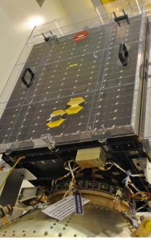 Inženýrský model družicového přístroje SATRAM (a) a kvalifikovaný letový model připojený k družici Proba-V (b). Velikost přístroje SATRAM: 55,5 mm (výška), 62,1 mm (šířka) a 107,1 mm (délka); celková hmotnost včetně ochranné krabičky: 380 g.