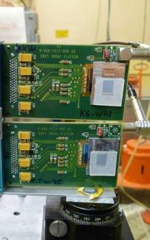 Dva pixelové detektory upravené pro detekci neutronu ve smíšeném radiačním poli při měření na cyklotronu v Ústavu jaderné fyziky AV ČR v Reži u Prahy.