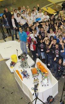 Společná fotografie všech soutěžních týmů - ROTA vzadu v bílých tričkách.