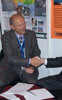 Ředitel CSO Jan Kolář a prezident IAF Hans Zimmermann při podpisu smlouvy o pořádání kongresu IAC 2010 v Praze.