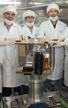 Mezinárodní tým s vědci z ÚTEF ČVUT v Praze (M.P. a C.G.) při integraci jednotlivých vědeckých zařízení na družici RISESAT na Univerzitě Tohoku v Japonsku.