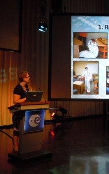 Šárka Kvasničková prezentuje svojí práci.