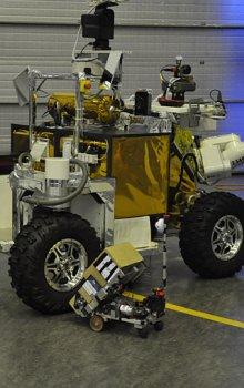 Malý a velký: model evropského robotického vozítka Eurobot pro pohyb na Marsu a před ním robot ROTA z Olomouce.