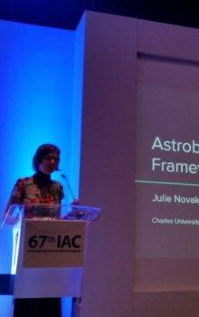 Julie Nováková prezentuje své aktivity.