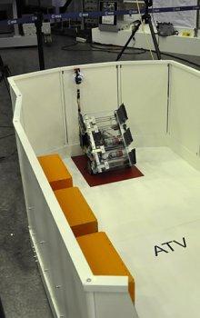 Robot týmu ROTA na startu – barevné krabice po stranách je potřeba převést z lodě ATV do modulu Columbus.