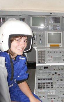 Mladí kosmonauti v kabině makety raketoplánu