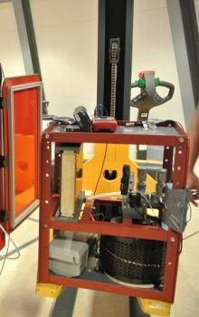 Detail jedné z gondol centrifugy LDC a hardware českého experimentu GRAVARC NTG.