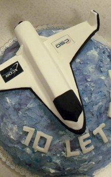 Dárek zaměstnanců panu řediteli k výročí v podobě dortu ve tvaru raketového letounu Lynx americké společnosti XCOR Aerospace, se kterou CSO uzavřela smlouvu o spolupráci.