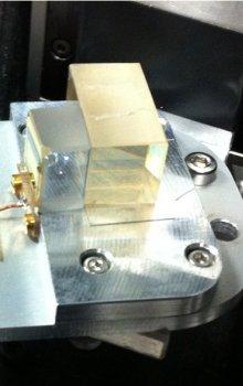 Hotový prototyp akusto-optického kalomelového filtru.
