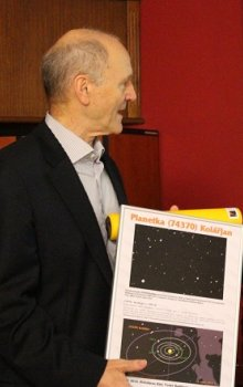 Předání oficiální listiny s pojmenováním planetky Kolářjan řediteli CSO k příležitosti jeho 70. narozenin.