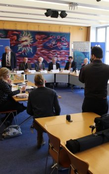 Tisková konference, na které vystoupili (zleva) Pavel Tichý, Boris Šimák, Francois Rancy, Yvon Henri, Jan Kolář.
