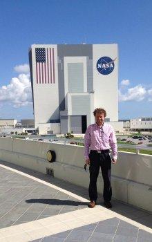 Jiří Berger před budovou Vehicle Assembly Building.