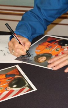 Každý z mladých posluchačů dostal na památku podepsanou fotografii.