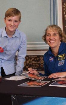 Společná fotografie Ondřeje Suchého (Kosmická akademie) s astronautkou.
