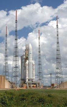Pohled na Ariane 5 v Guyanském kosmickém centru