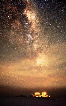 Noční obloha nad stanicí Concordia.