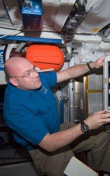 Astronaut ESA Andre Kuipers při práci s inkubátorem KUBIK.