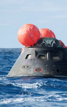 Kabina kosmické lodi Orion po přistání do Tichého oceánu.