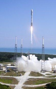 Start nosné rakety Atlas 5 s miniraketoplánem X-37B a deseti CubeSaty.
