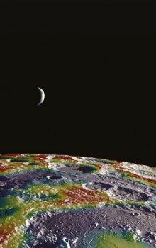 Hypsometrická mapa Měsíce se Zemí v pozadí.