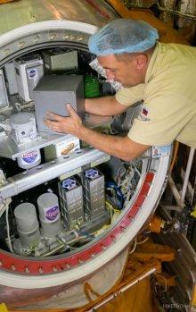 Umísťování vědecké aparatury do návratové kabiny družice Bion-M1.