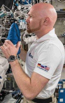 Evropský kosmonaut Alexander Gerst provádí měření na experimentu Airways Monitoring, mimo jiné ke sledování zdraví plic kosmonautů.