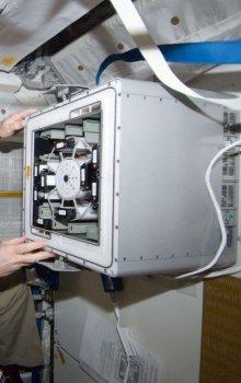 Evropský kosmonaut Andre Kuipers při práci s inkubátorem KUBIK.
