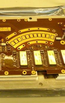 Deska vstupní elektroniky a vysokonapěťových zdrojů SWA/PAS - kvalifikační model (EQM) před odesláním do IRAP.