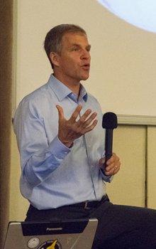Scott Parazynski po každé z přednášek ochotně odpovídal na dotazy z publika.