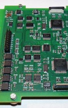 Zdvojené řídící počítače se schopností upgradu softwaru při činnosti na oběžné dráze.