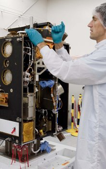 Družice Proba-2 vyvinutá v programu GSTP během posledních testů v čistých prostorech firmy Verhaert Space.