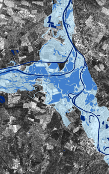Příklad detekce povodní v roce 2002 z družice RADARSAT na soutoku Labe a Vltavy.