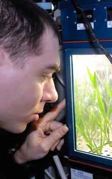 Ruský kosmonaut Sergej Volkov kontroluje průběh experimentu Plants-2.