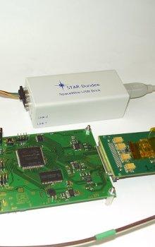 Rozhraní SpaceWire s připojeným detektorem Medipix a převodníkem pro ladění signálu.