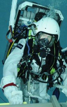 Podvodní trénink výstupu do kosmického prostoru.