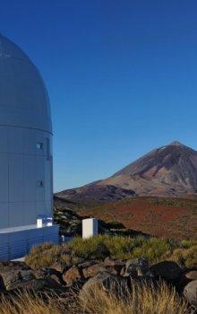 Optická pozemní stanice Evropské kosmické agentury s horou Pico del Teide v pozadí.