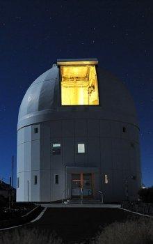 Noční pohled na budovu Pozemní optické stanice, kde byl ověřen řídící a sledovací systém.