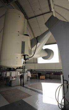 Pohled do interiéru kopule optické pozemní stanice, jemuž vévodí 1m dalekohled.